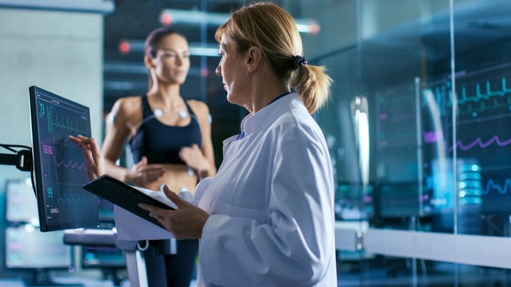 Trainer und Leistungssporter führen einen Fitnesstest durch