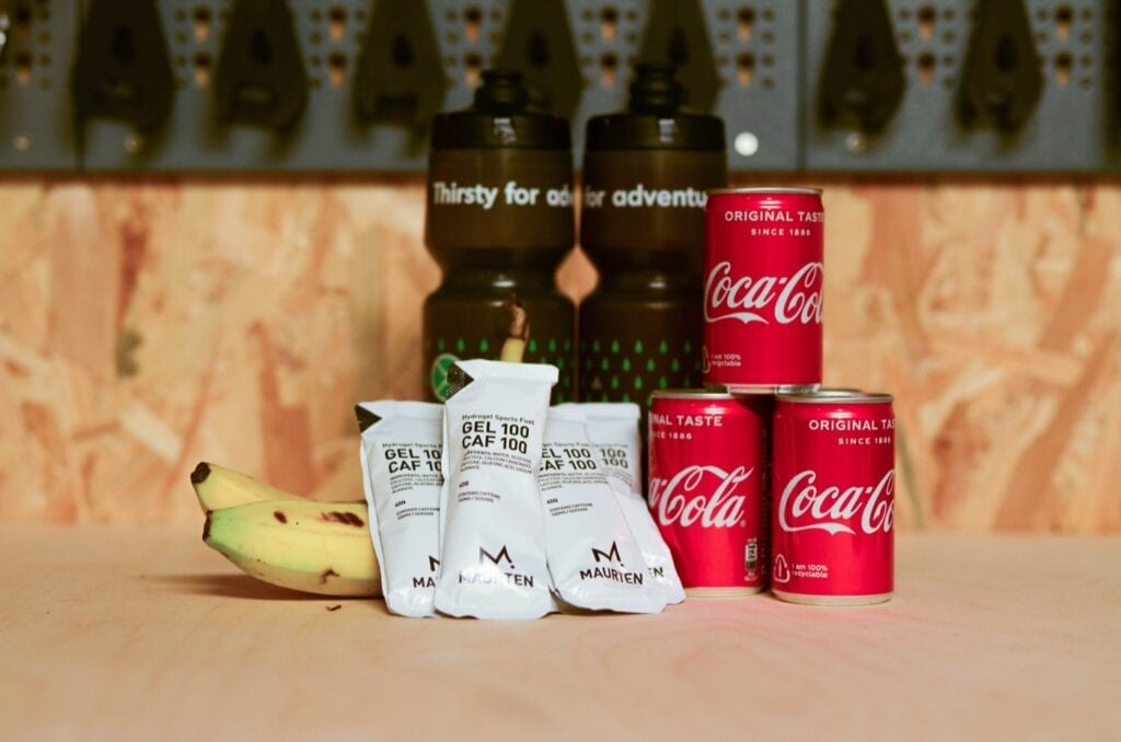 Marathon Sporternährung Maurten Gel, Riegel, Coca Cola, Banane und Komoot Trinkflasche