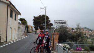 Radfahrer Christoph Lörcks mit Maro Engel am berühmten Poggio di SanRemo
