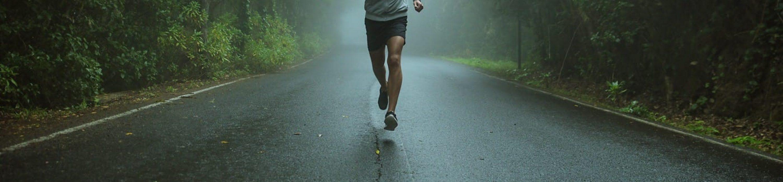 Un marathonien sur la route de l'obscurité