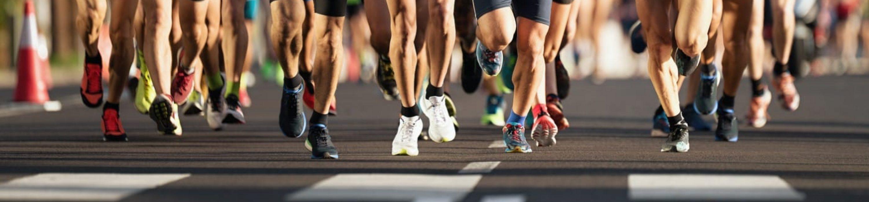 Marathonlopers die op de stadsweg lopen, grote groep lopers